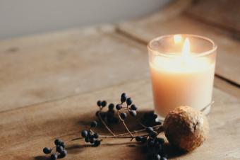 Jak {ocieplić} wnętrze? O przytulnych kolorach, teksturach i blasku świec.